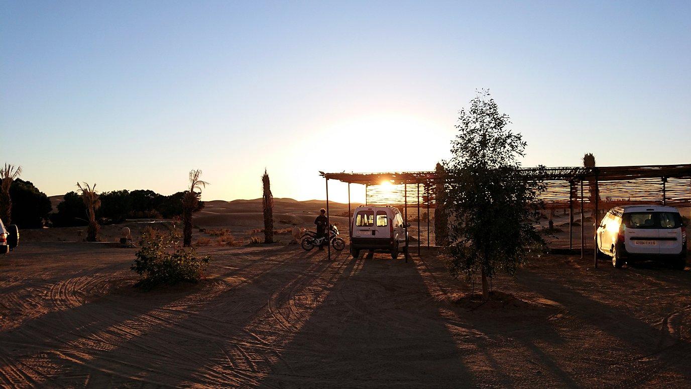 モロッコのメルズーガにて砂漠のホテルに到着1