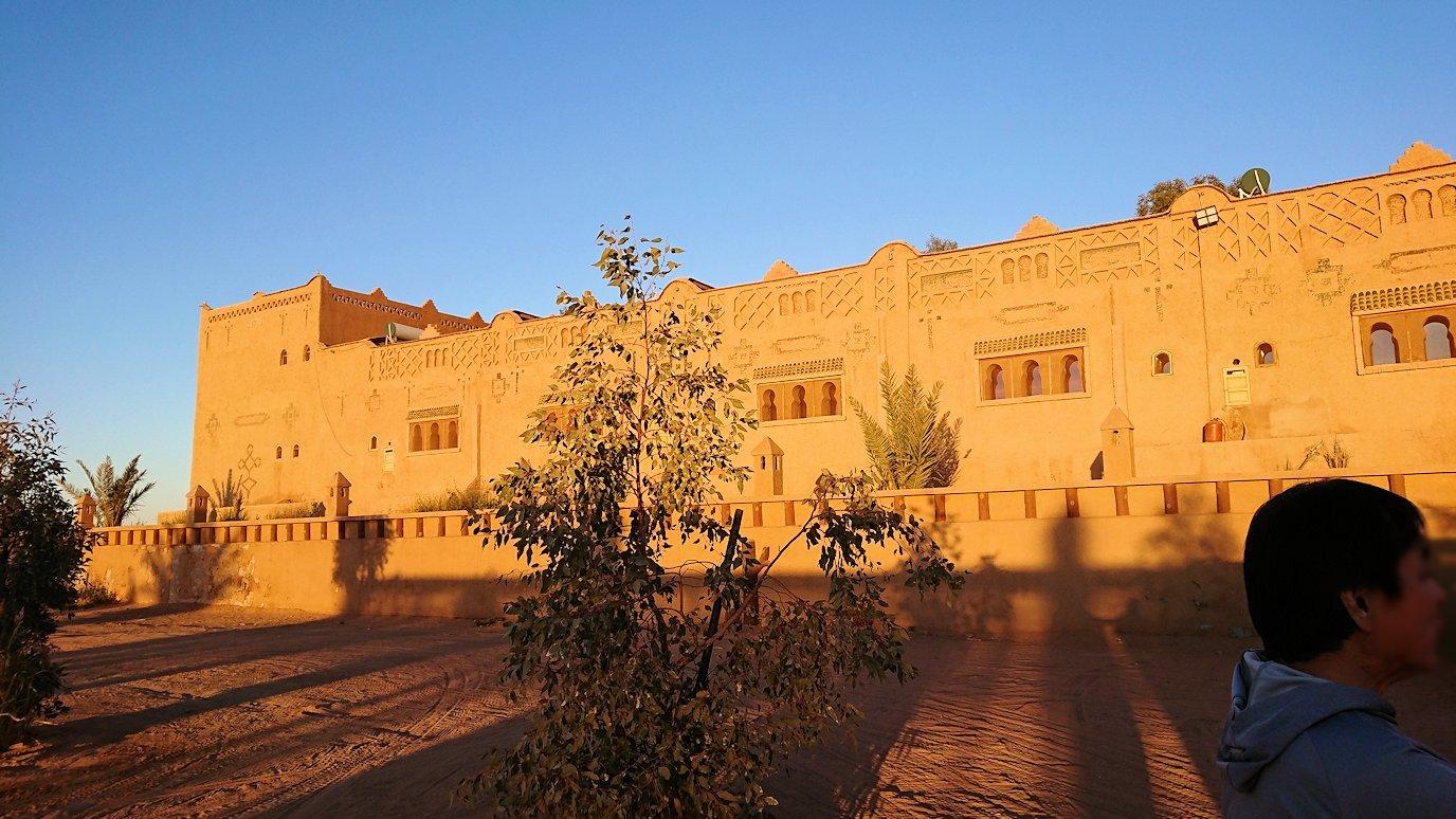 モロッコのメルズーガにて砂漠のホテルに到着2