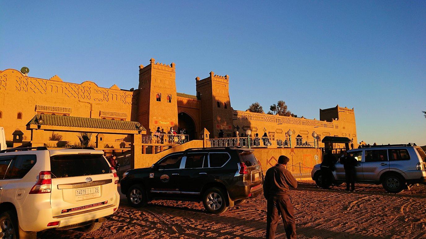 モロッコのメルズーガにて砂漠のホテルに到着3