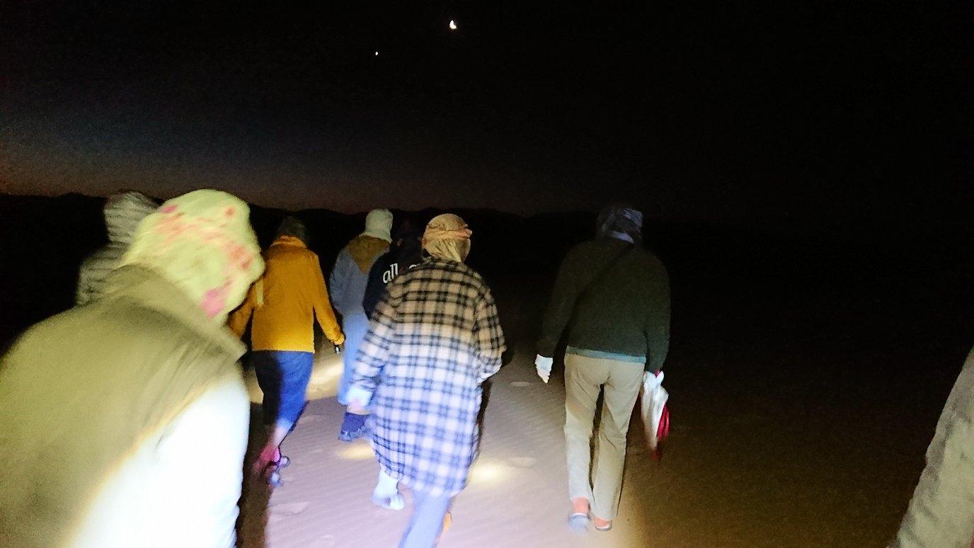 サハラ砂漠で星空観賞に向かう様子
