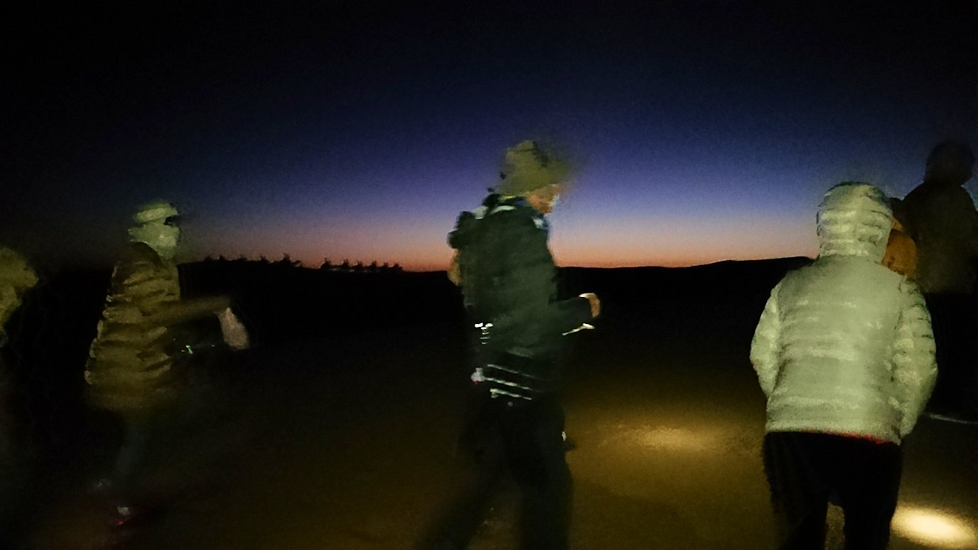 サハラ砂漠で星空観賞に向かう様子1