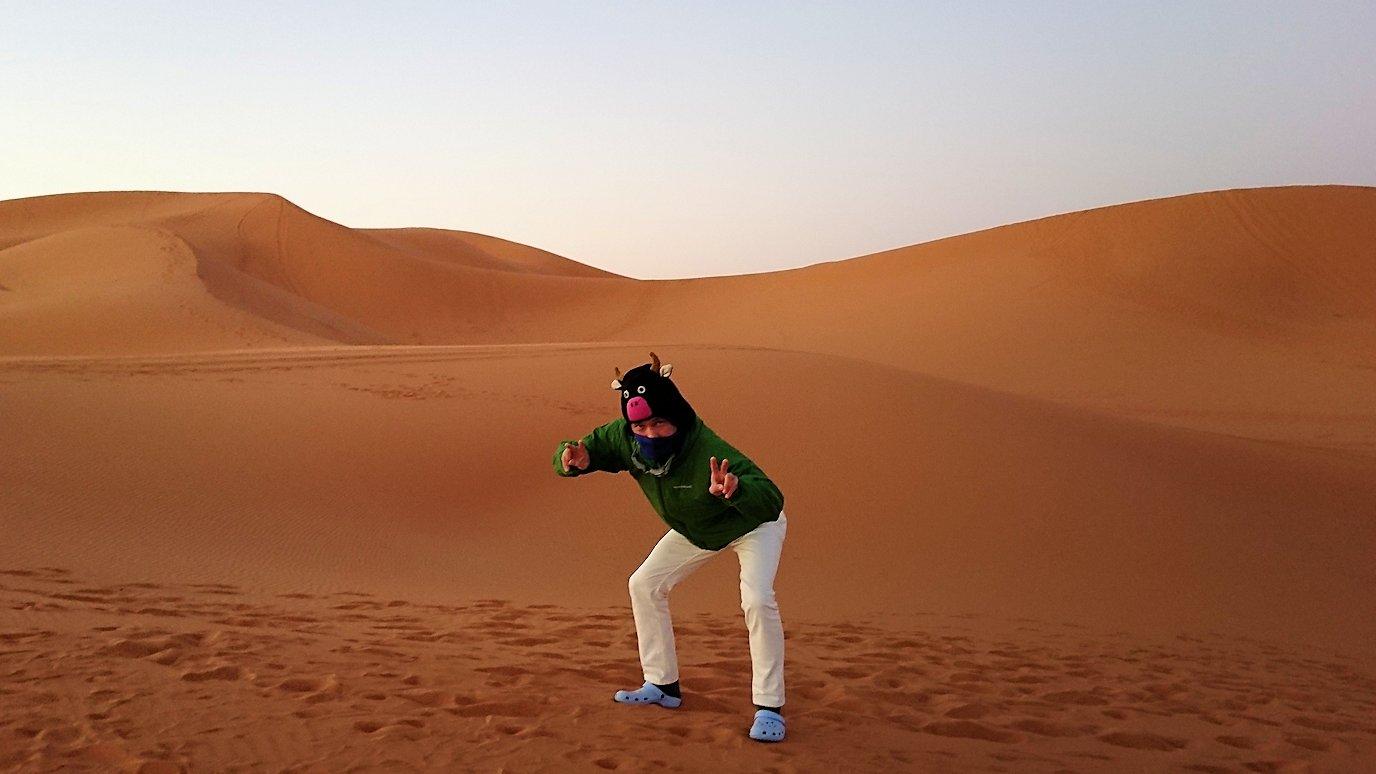 モロッコのサハラ砂漠で朝日が昇る前の時間に記念撮影