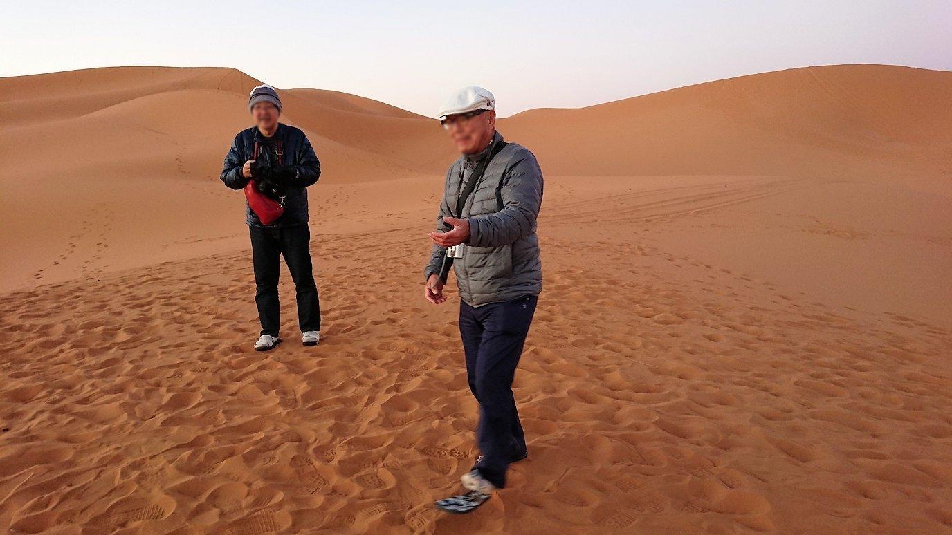 モロッコのサハラ砂漠で朝日が昇る前の時間に記念撮影1