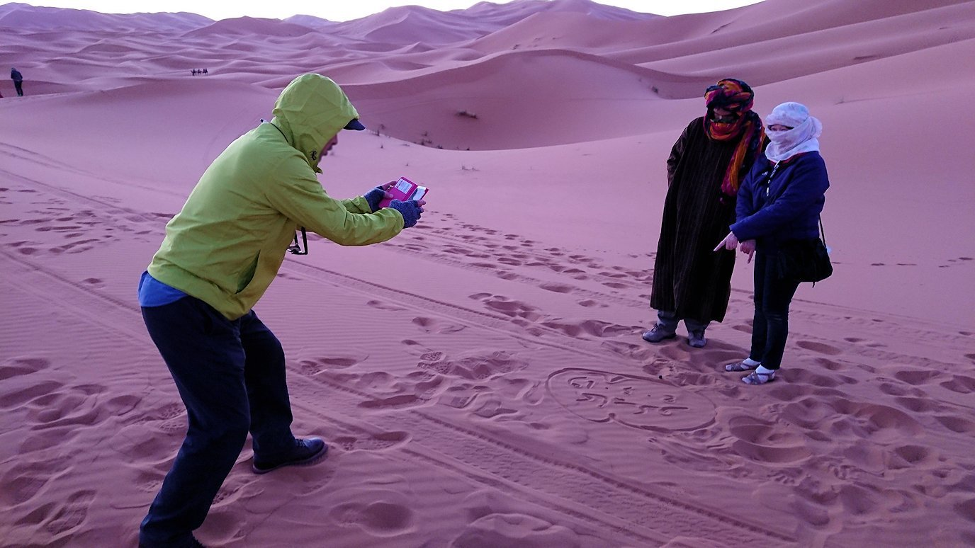 モロッコのサハラ砂漠で朝日が昇る前の時間に記念撮影2