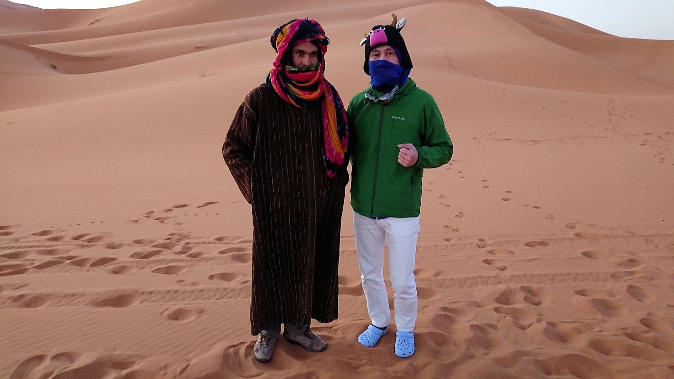 モロッコのサハラ砂漠で朝日が昇る前の時間に記念撮影3