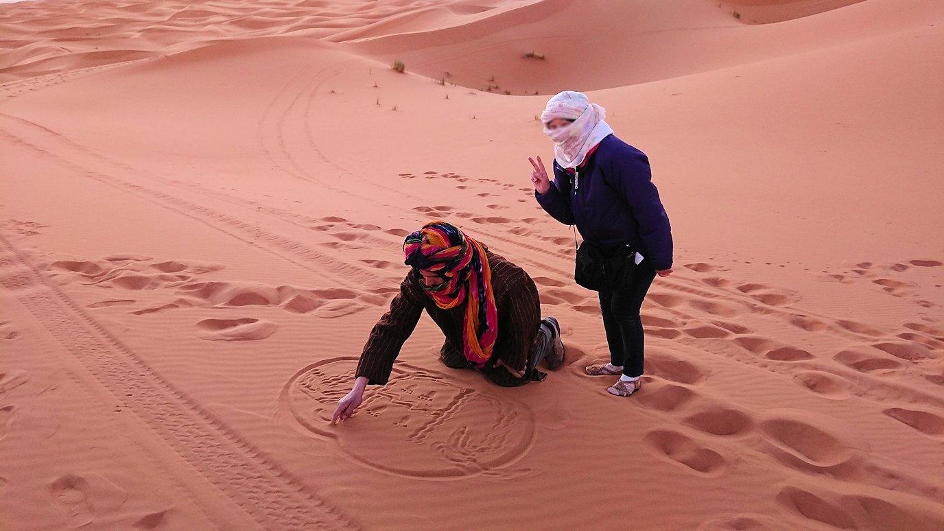 モロッコのサハラ砂漠で朝日が昇る前の時間に記念撮影5