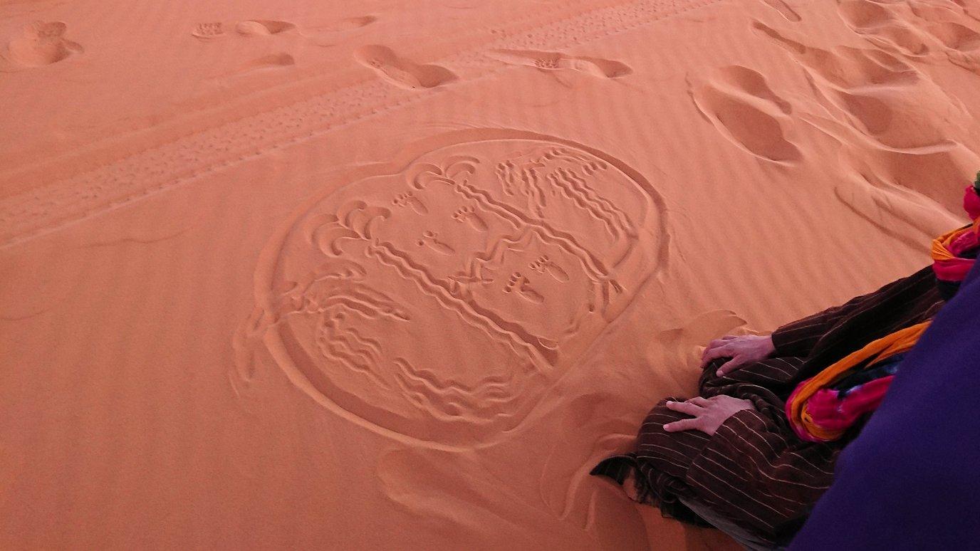 モロッコのサハラ砂漠で朝日が昇る前の時間に記念撮影6