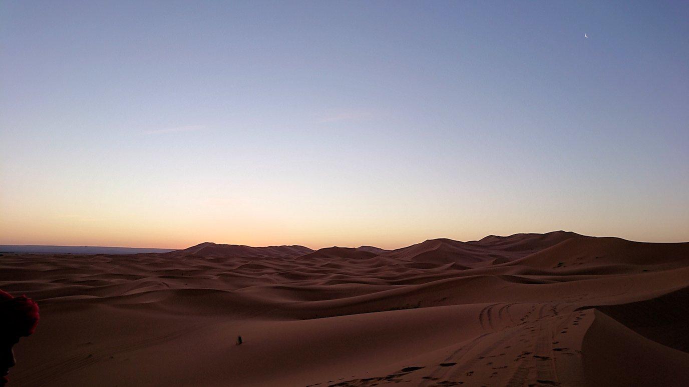 モロッコのサハラ砂漠で朝日が昇る前の時間に記念撮影7