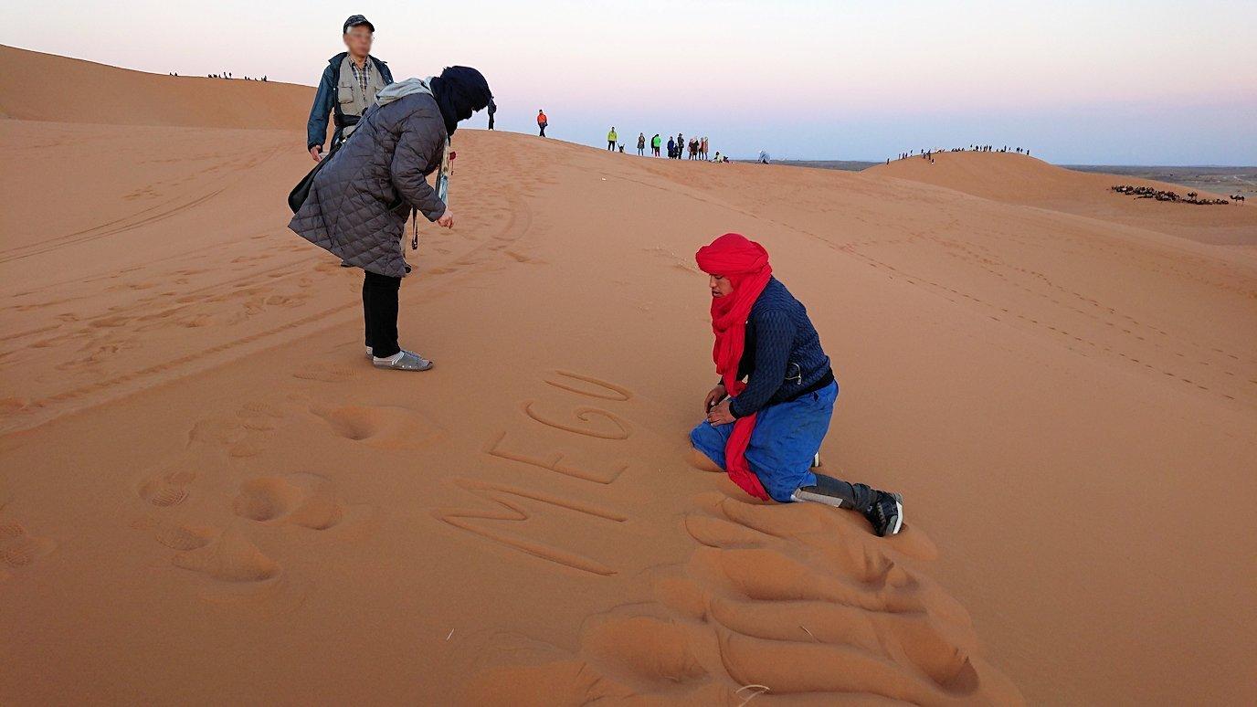 モロッコのサハラ砂漠で朝日が昇る前の時間に記念撮影8