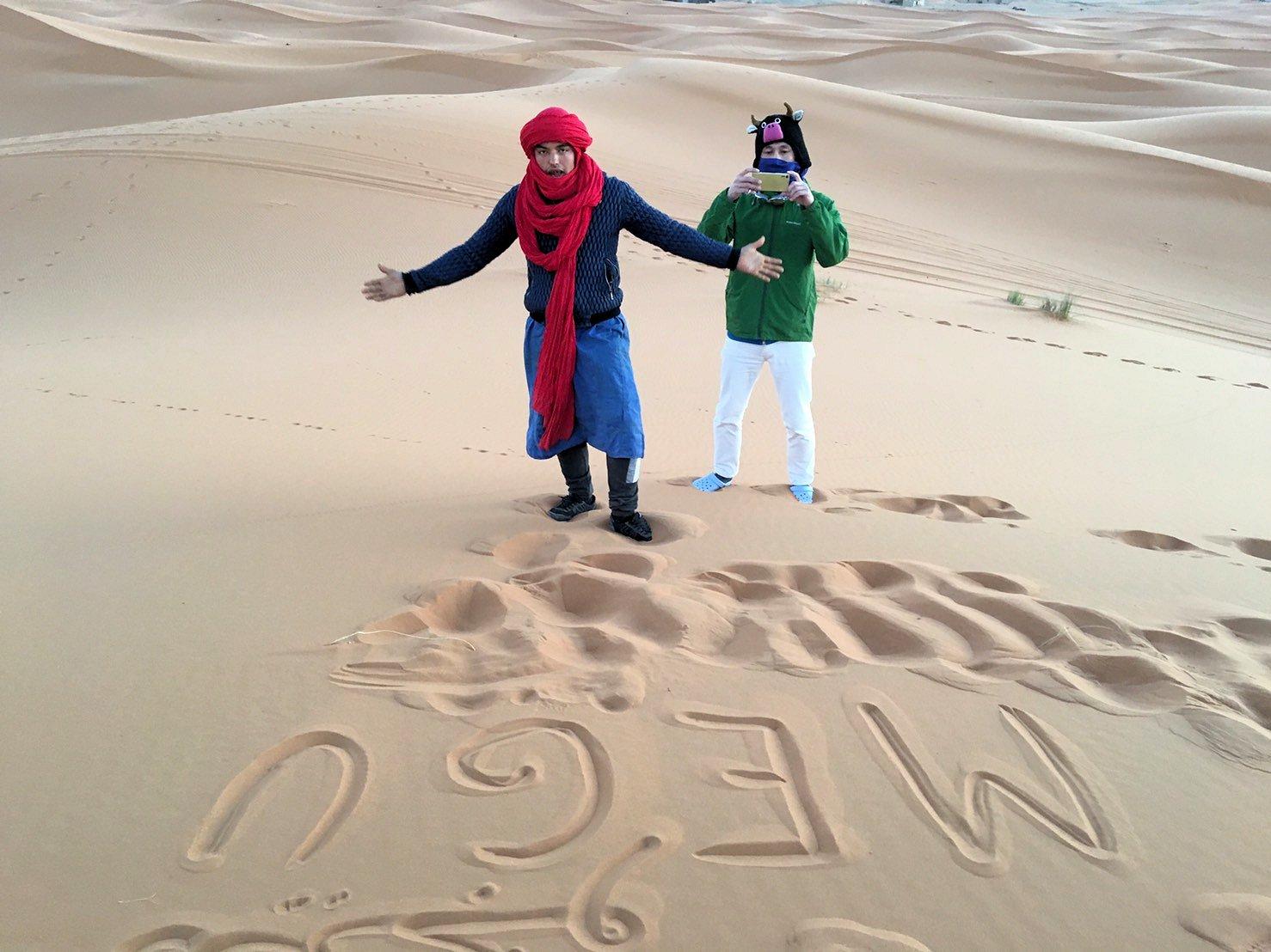 モロッコのサハラ砂漠で朝日が昇る前の時間に色々と遊ぶ1