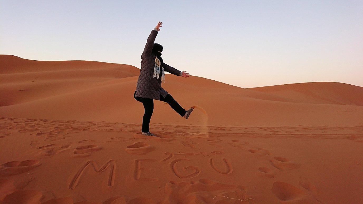 モロッコのサハラ砂漠で朝日が昇る前の時間に色々と遊ぶ2