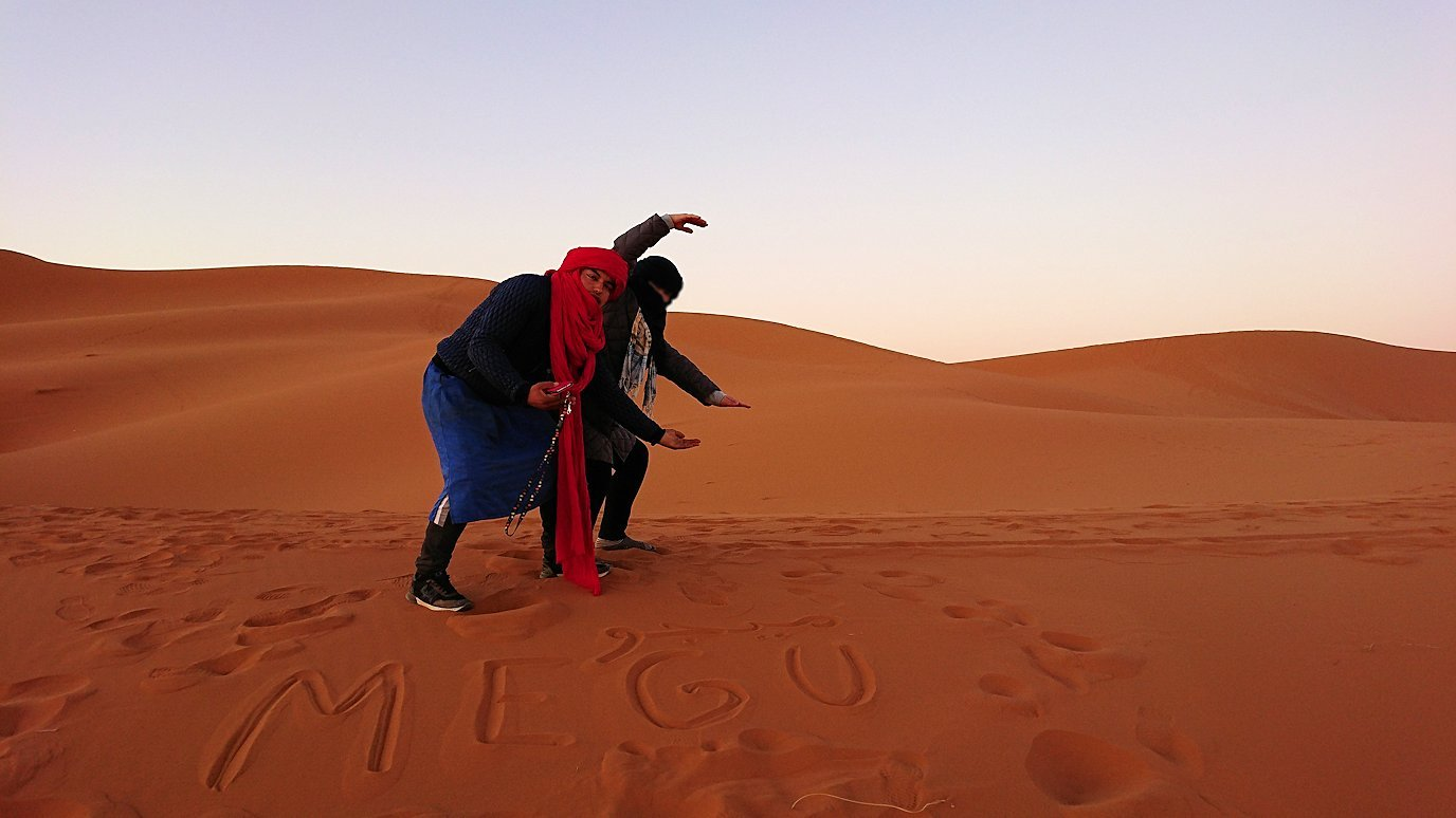 モロッコのサハラ砂漠で朝日が昇る前の時間に色々と遊ぶ3