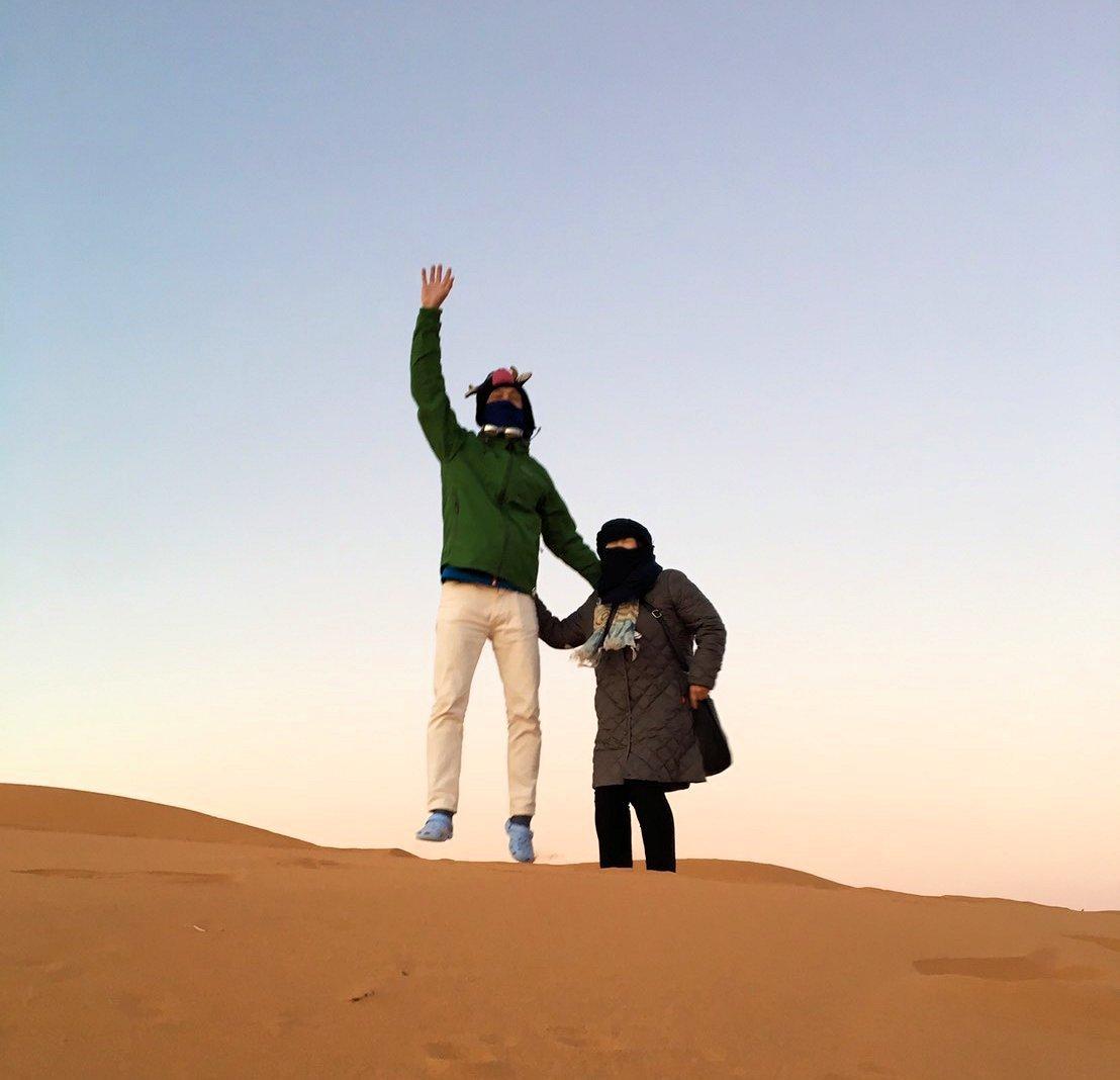 モロッコのサハラ砂漠で朝日が昇る前の時間に色々と遊ぶ4