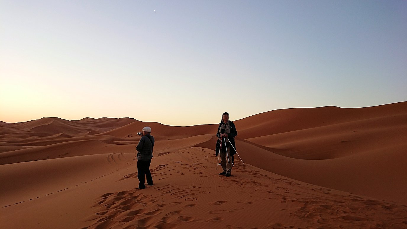 モロッコのサハラ砂漠で朝日が昇る前の時間に色々と遊ぶ5