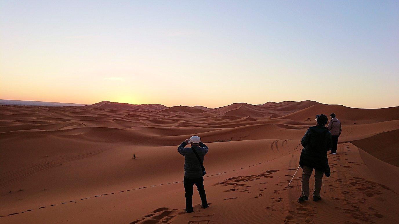 モロッコのサハラ砂漠で朝日が昇る前の時間に色々と遊ぶ6