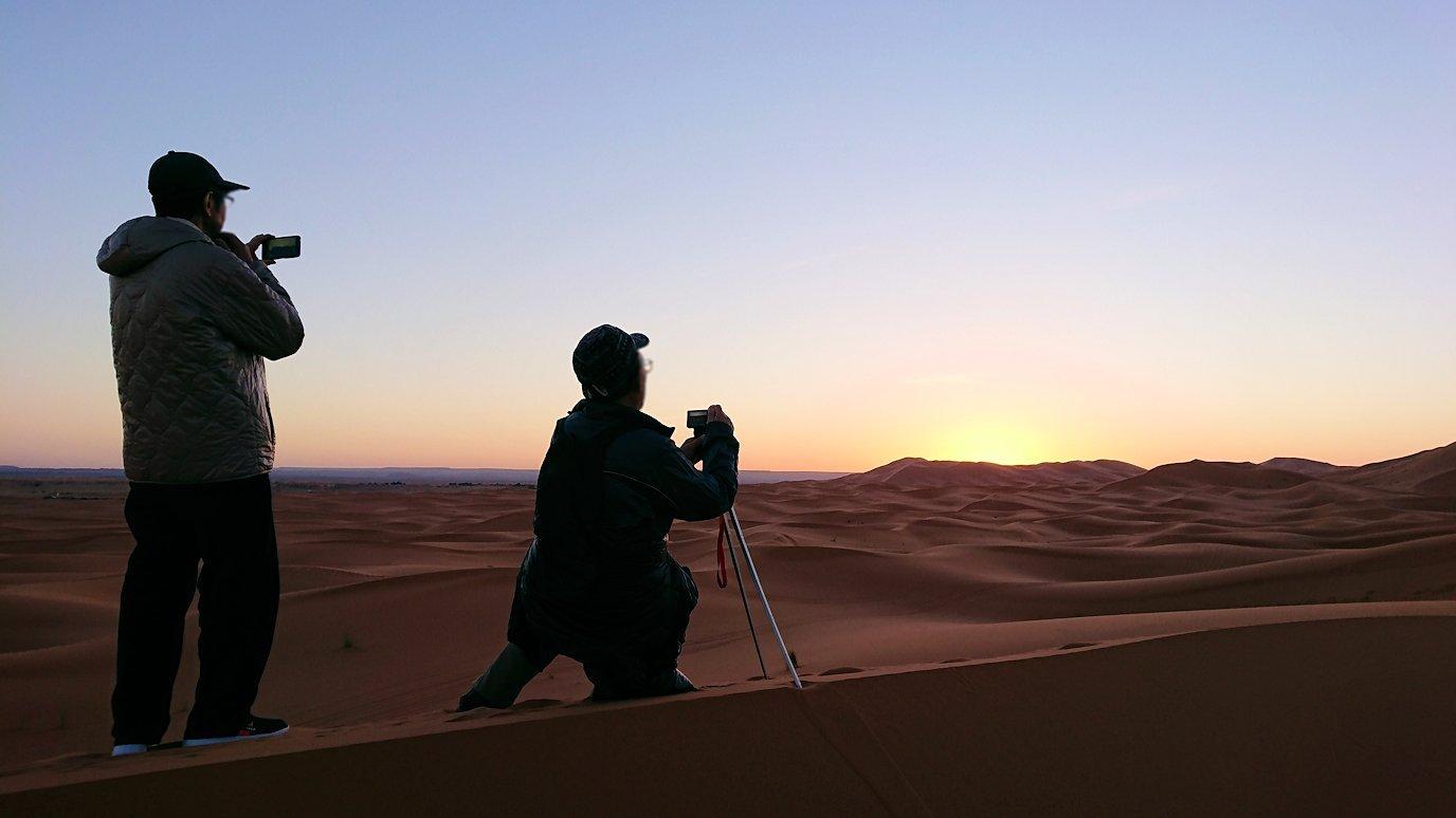 モロッコのサハラ砂漠で朝日が昇る前の時間に色々と遊ぶ7