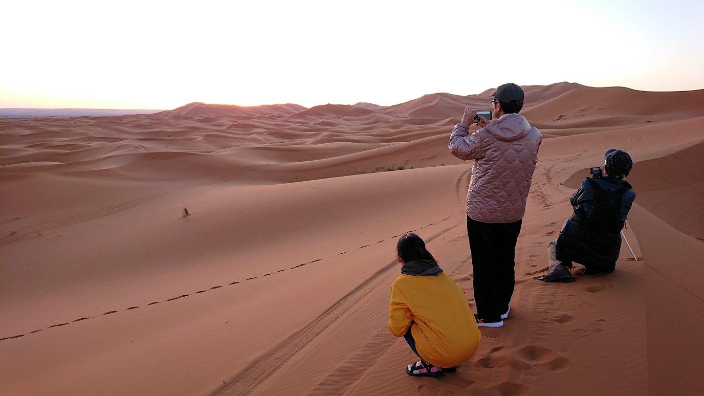 モロッコのサハラ砂漠で朝日が昇る前の時間に色々と遊ぶ9