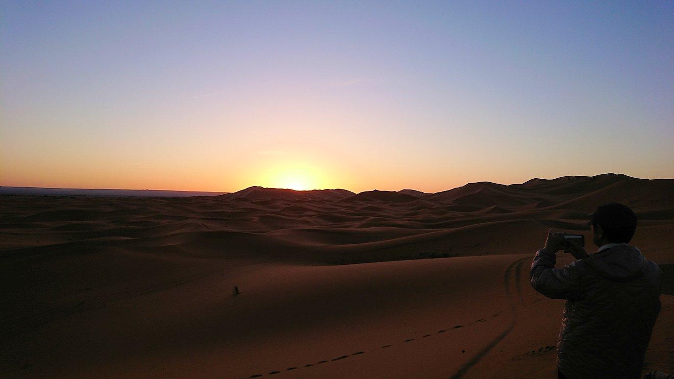 モロッコのサハラ砂漠で遂に朝日とご対面