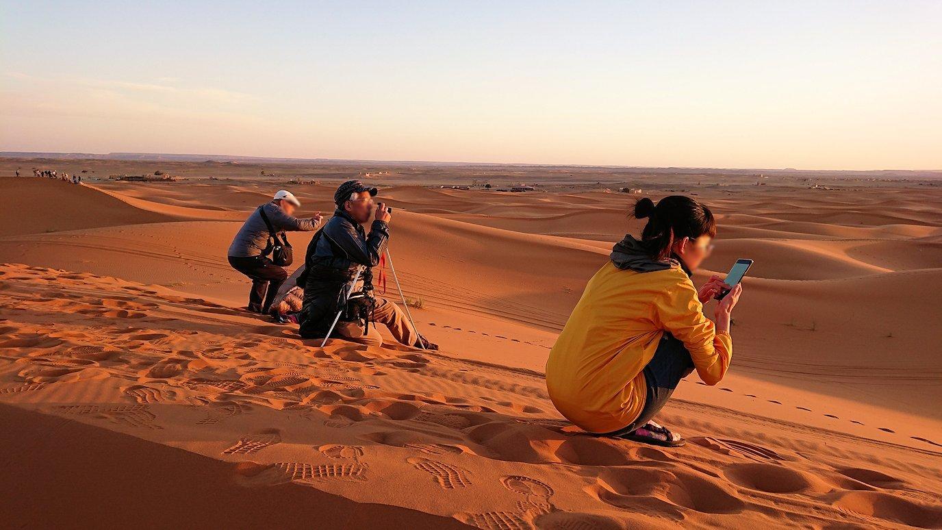 モロッコのサハラ砂漠で昇った太陽と記念撮影を