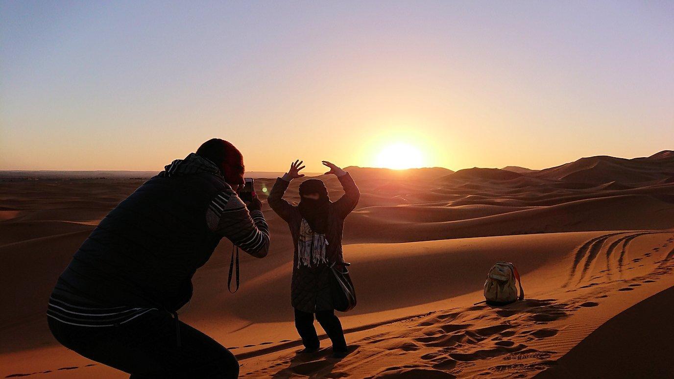 モロッコのサハラ砂漠で昇った太陽と記念撮影を1