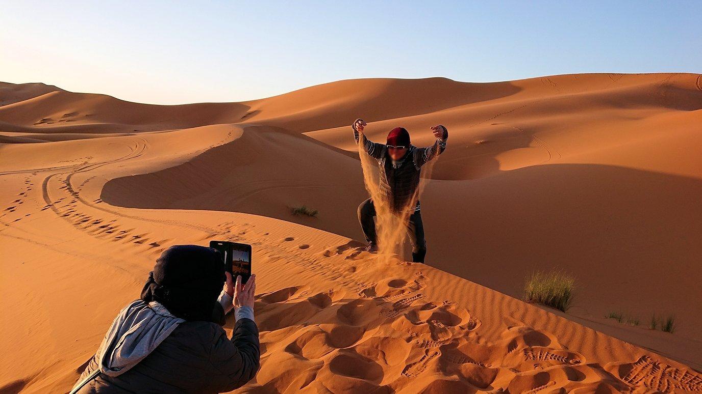 モロッコのサハラ砂漠で昇った太陽と記念撮影を2