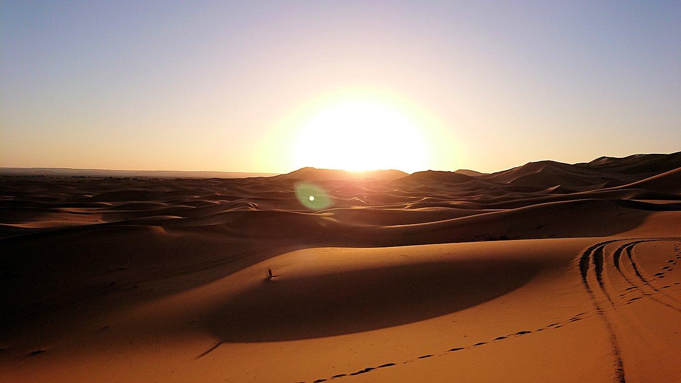 モロッコのサハラ砂漠で昇った太陽と記念撮影を3
