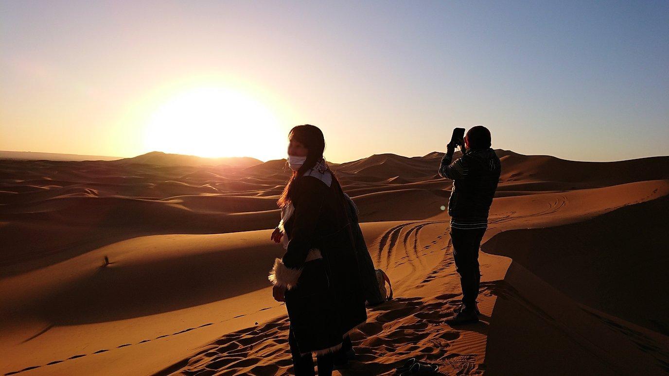 モロッコのサハラ砂漠で昇った太陽と記念撮影を4