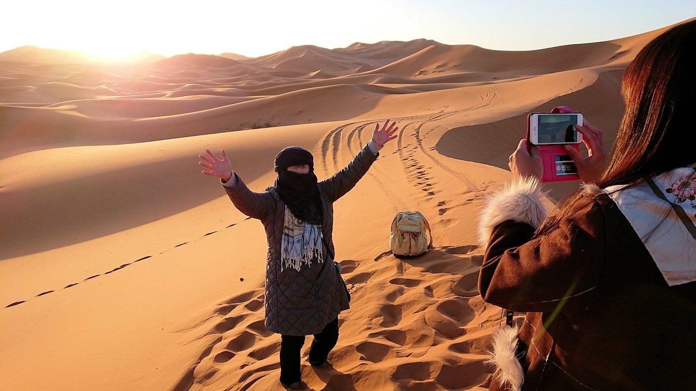 モロッコのサハラ砂漠で昇った太陽と記念撮影を5