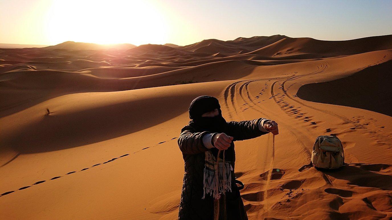 モロッコのサハラ砂漠で昇った太陽と記念撮影を6