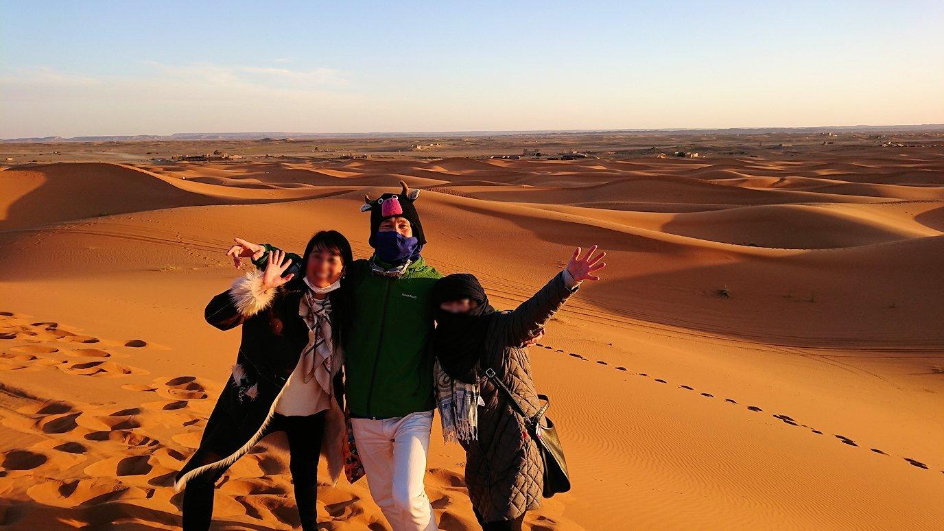 モロッコのサハラ砂漠で昇った太陽と記念撮影を7