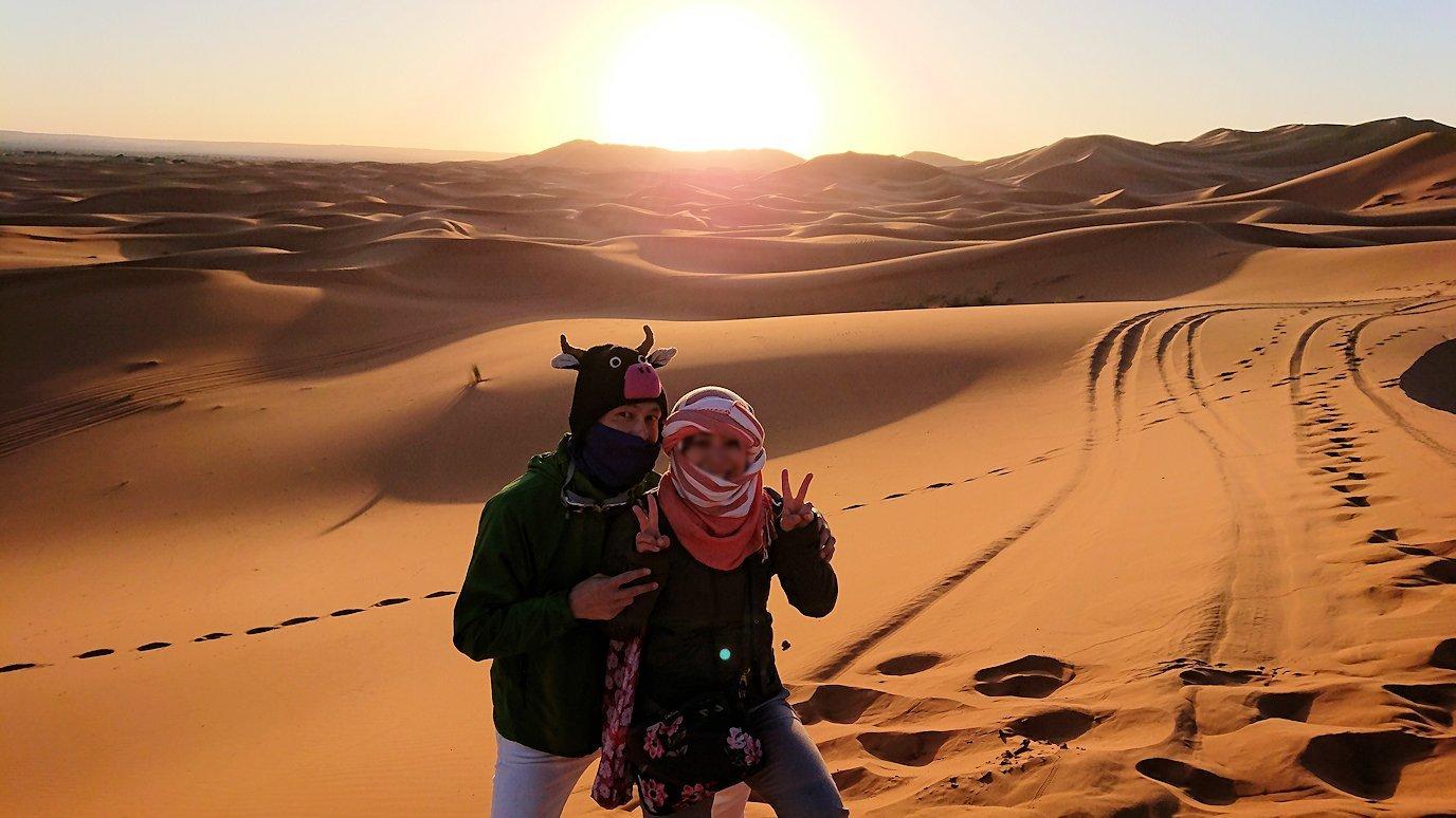 モロッコのサハラ砂漠で朝日鑑賞を済ませて遊ぶ
