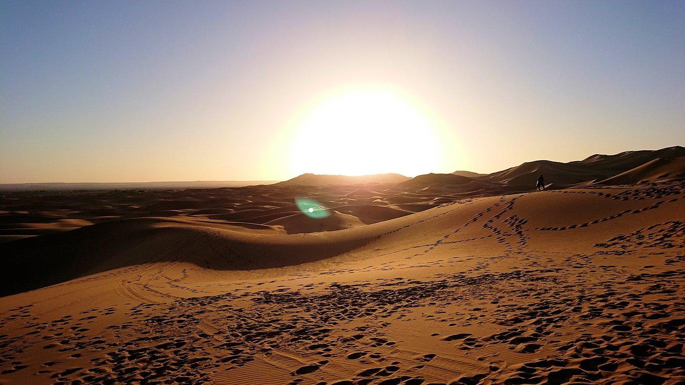 モロッコのサハラ砂漠で朝日鑑賞を済ませて遊ぶ3