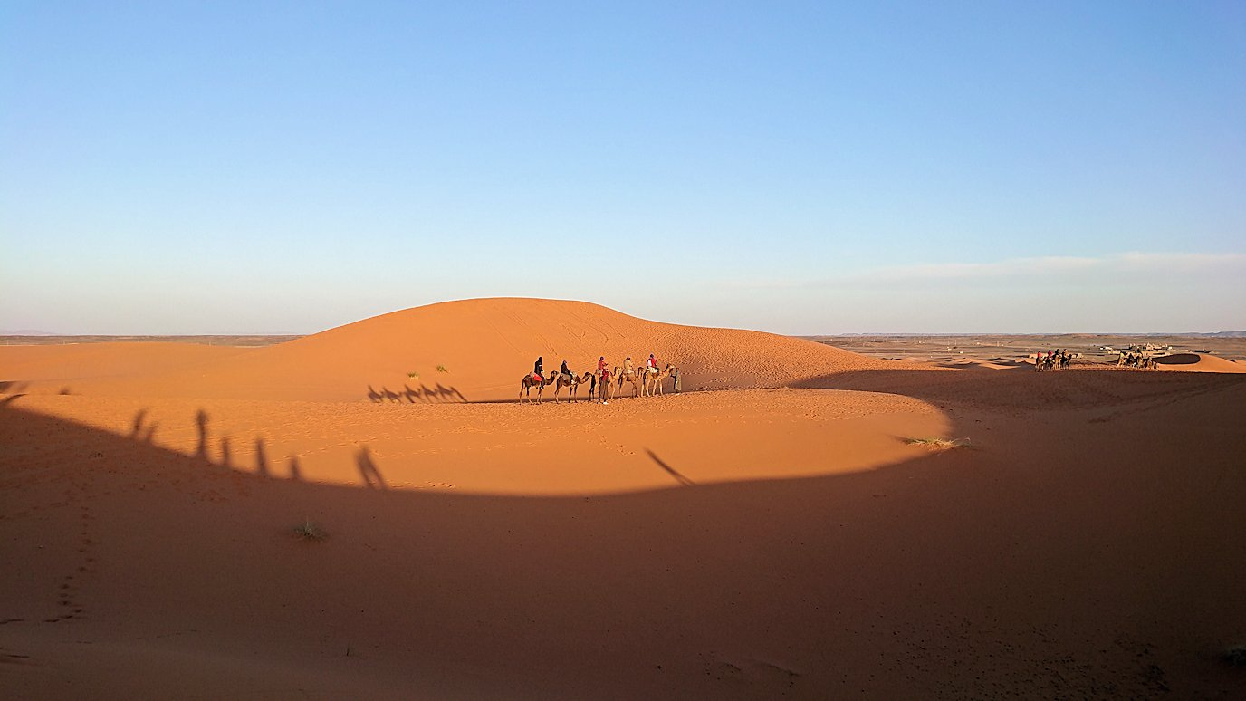 モロッコのサハラ砂漠で朝日鑑賞を済ませて遊ぶ6
