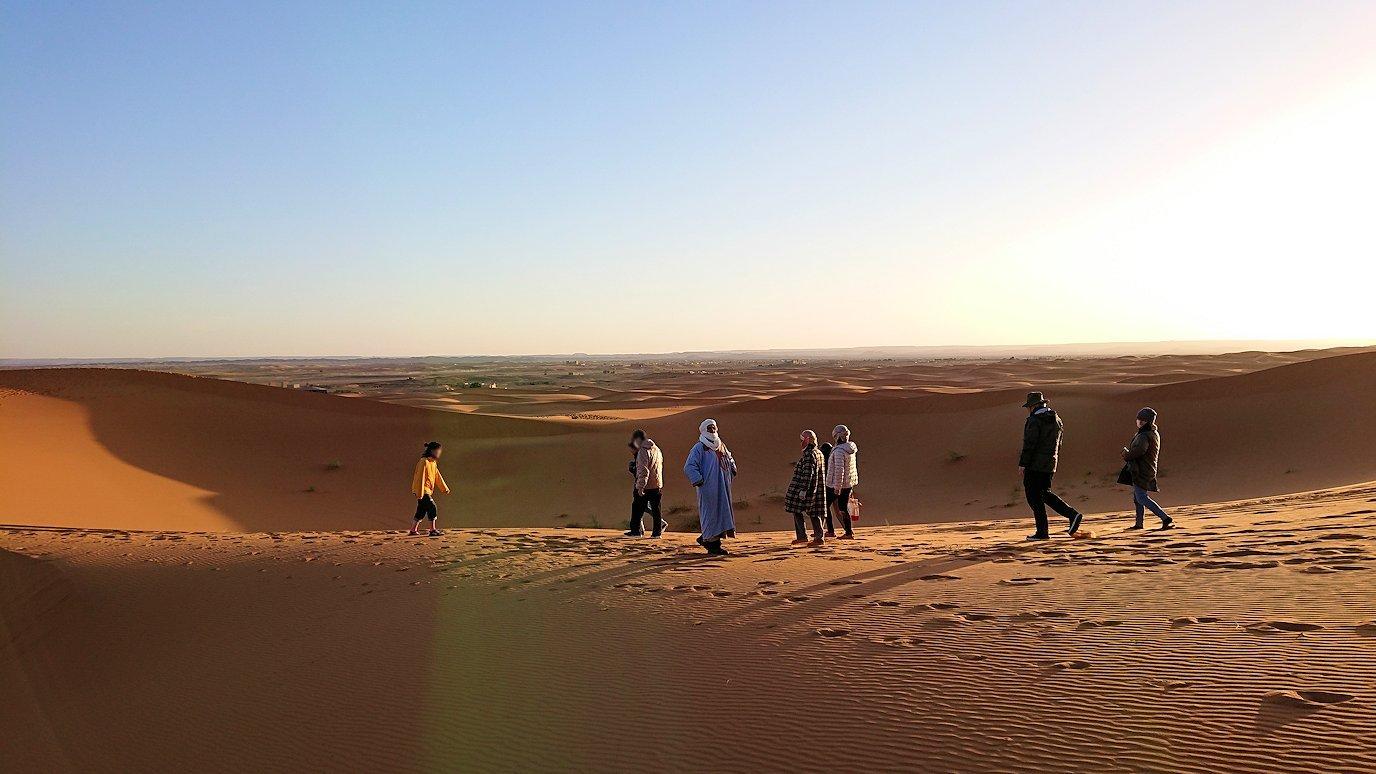 モロッコのサハラ砂漠で朝日鑑賞を済ませて遊ぶ7