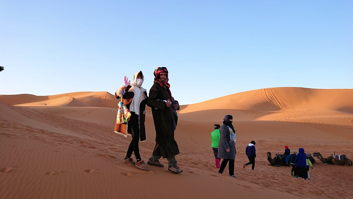 モロッコのサハラ砂漠で朝日鑑賞を済ませて遊ぶ8