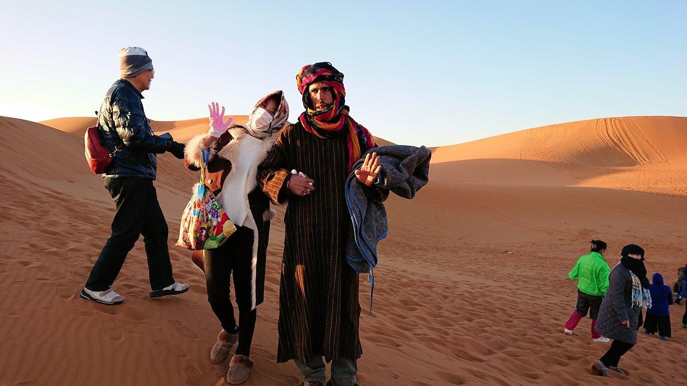 モロッコのサハラ砂漠で朝日鑑賞を済ませて遊ぶ9