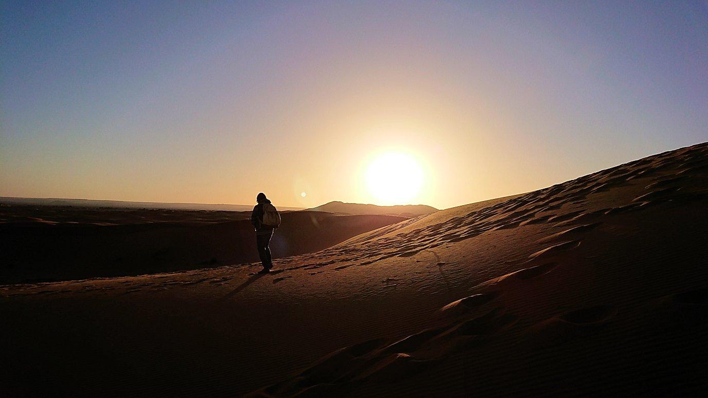 モロッコでサハラ砂漠の朝日鑑賞を終えて戻ります