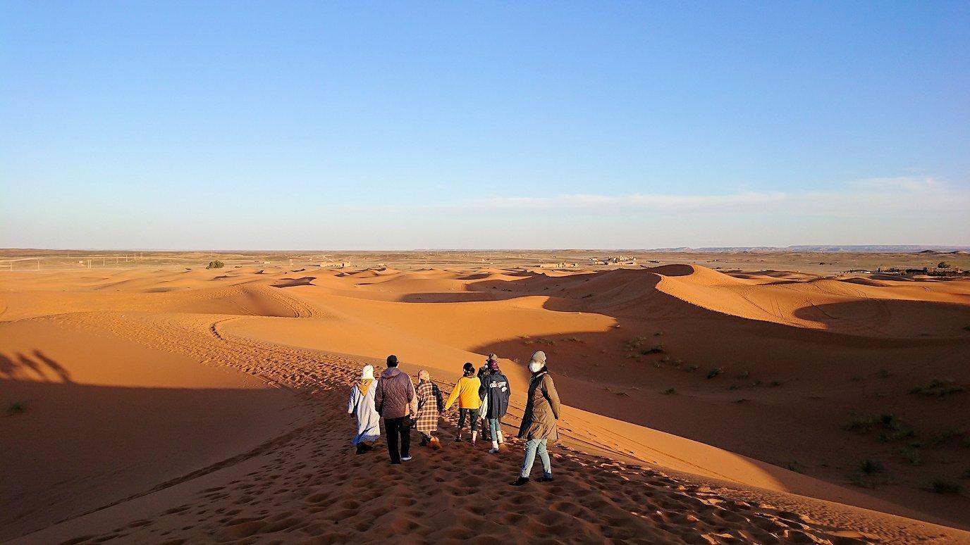 モロッコでサハラ砂漠の朝日鑑賞を終えて帰る道中の様子