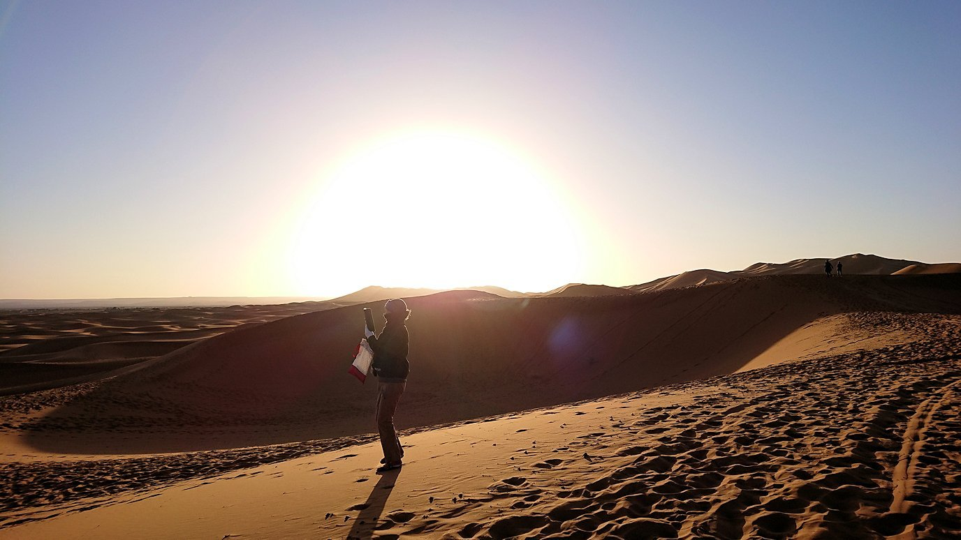 モロッコでサハラ砂漠の朝日鑑賞を終えて帰る道中の様子1