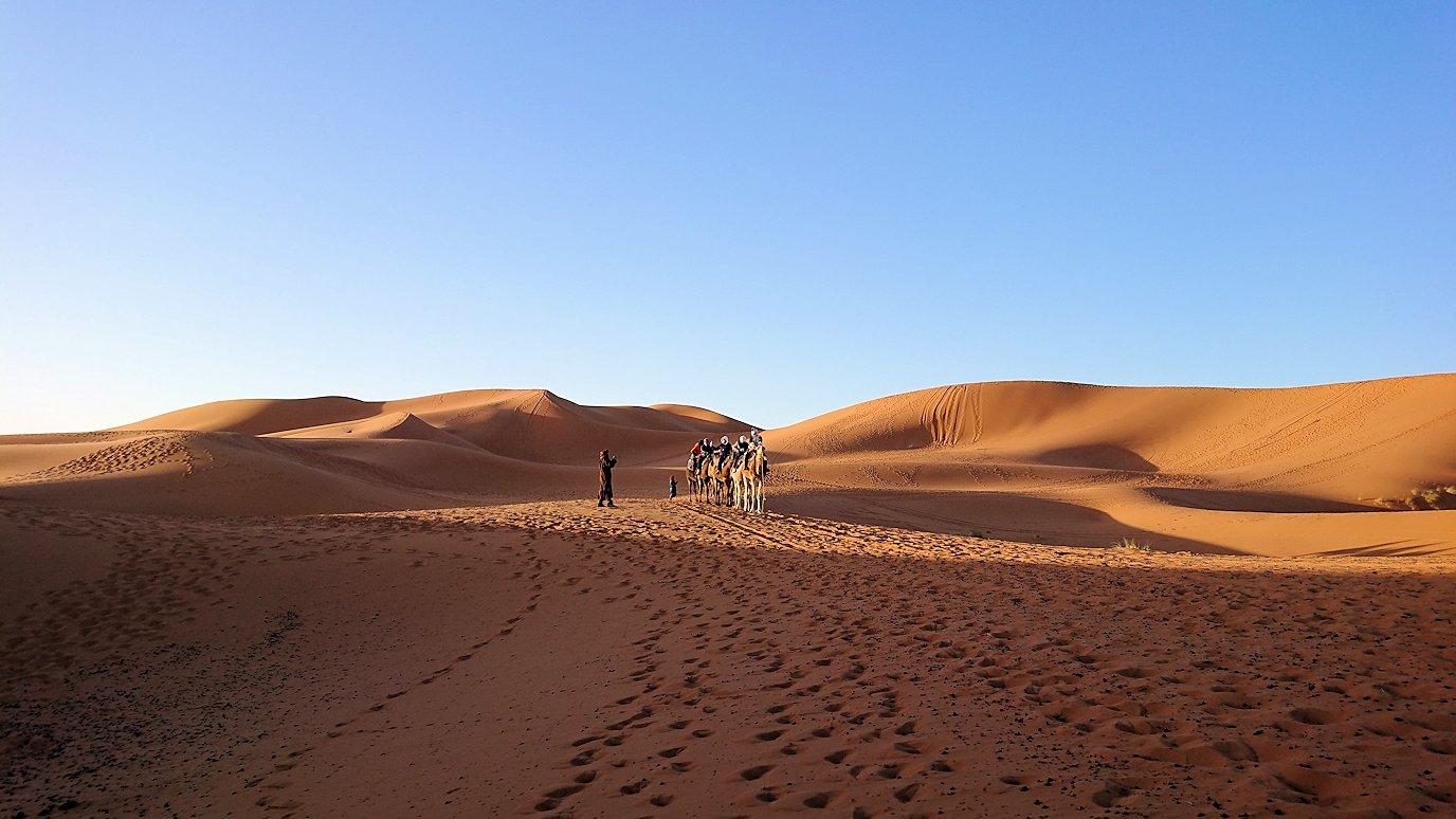 モロッコでサハラ砂漠の朝日鑑賞を終えて帰る道中の様子2