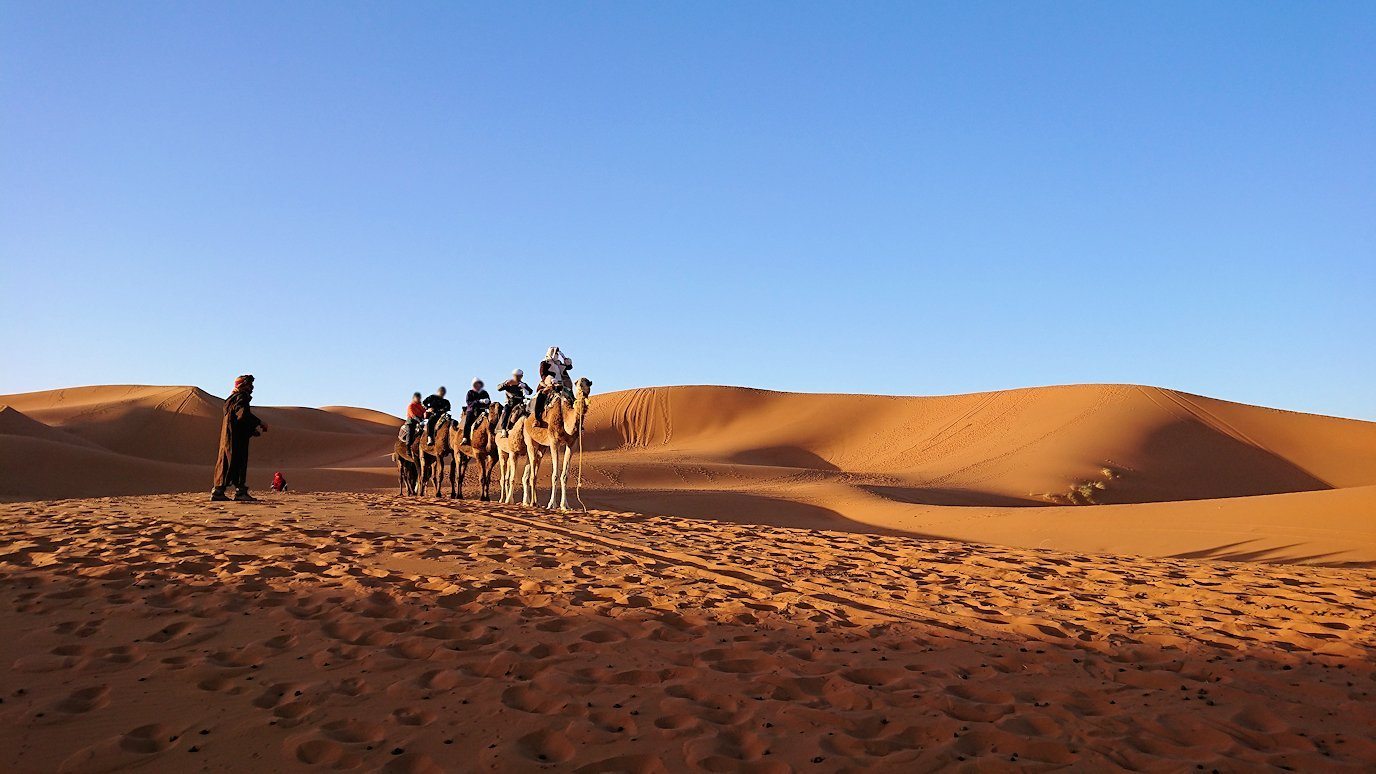モロッコでサハラ砂漠の朝日鑑賞を終えて帰る道中の様子3