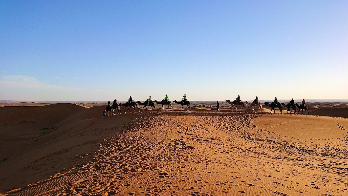 モロッコでサハラ砂漠でラクダに乗って帰るメンバーの写真2