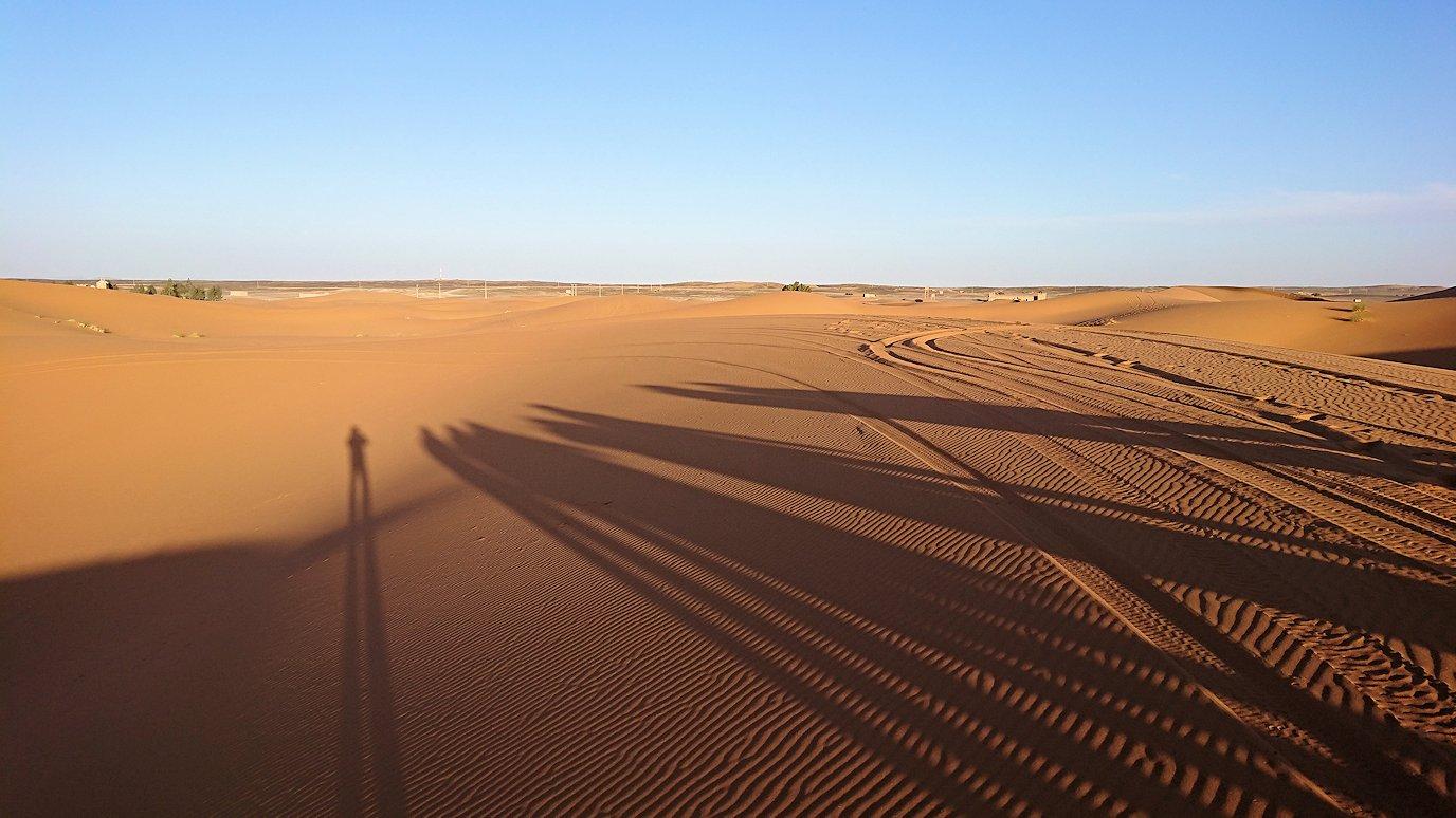 モロッコでサハラ砂漠でラクダに歩いて帰るメンバーの写真3