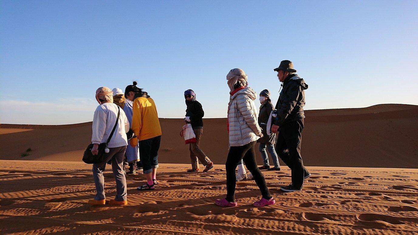 モロッコでサハラ砂漠でラクダに歩いて帰るメンバーの写真4