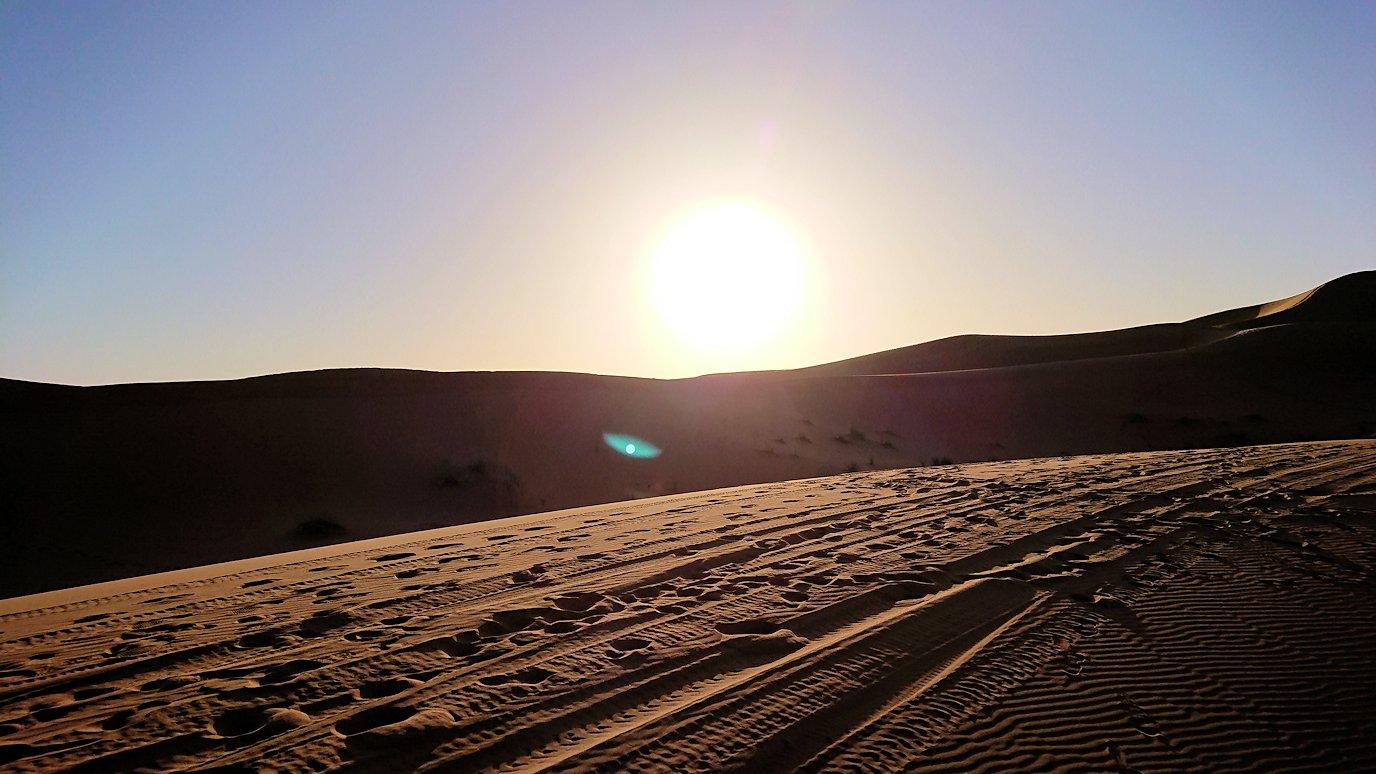 モロッコでサハラ砂漠でラクダに歩いて帰るメンバーの写真5