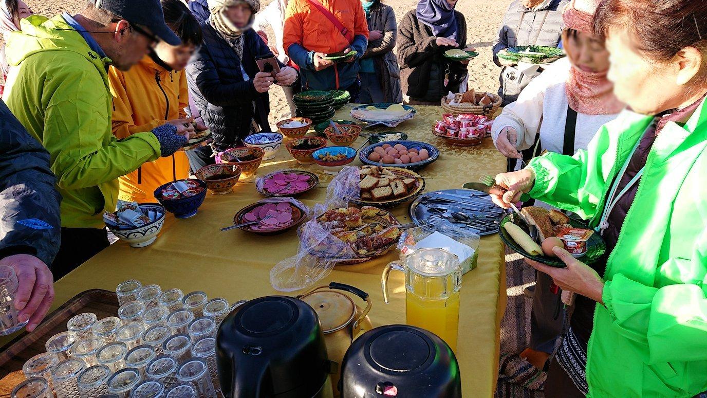 メルズーガのサハラ砂漠でベルベル風朝食を食べます