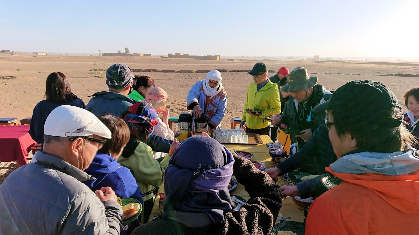 メルズーガのサハラ砂漠でベルベル風朝食を食べます1