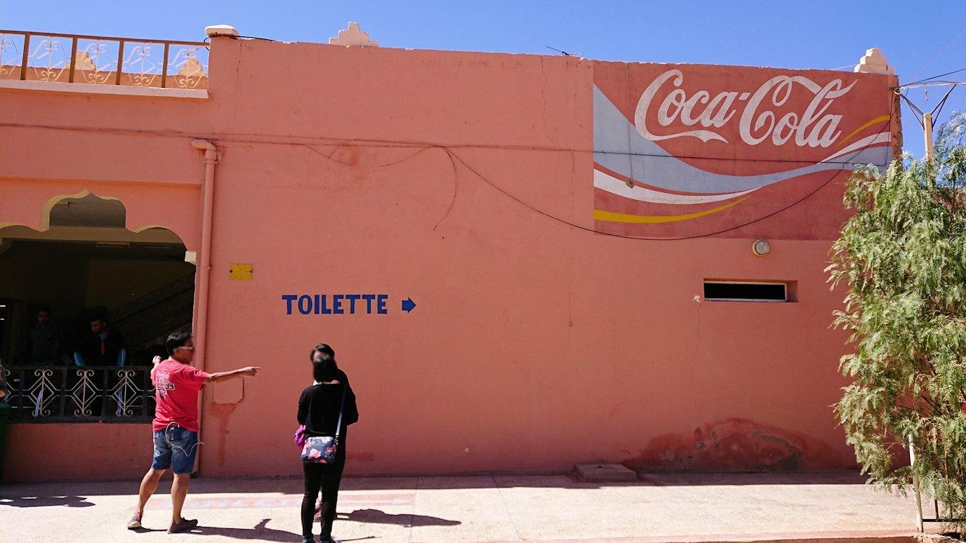 モロッコでカッターラからトドラ渓谷へ向かう途中のサービスエリアにて