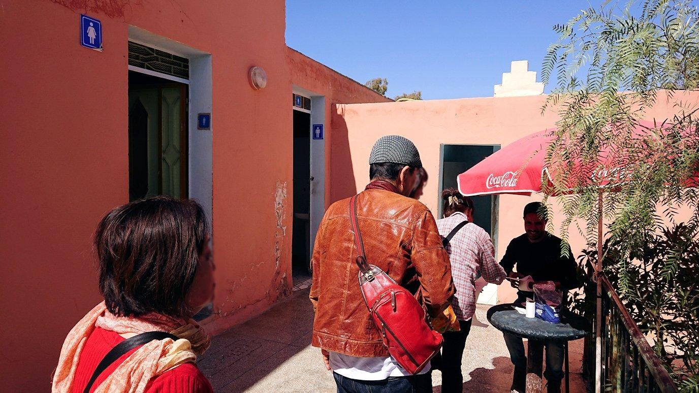 モロッコでカッターラからトドラ渓谷へ向かう途中のサービスエリアにて1