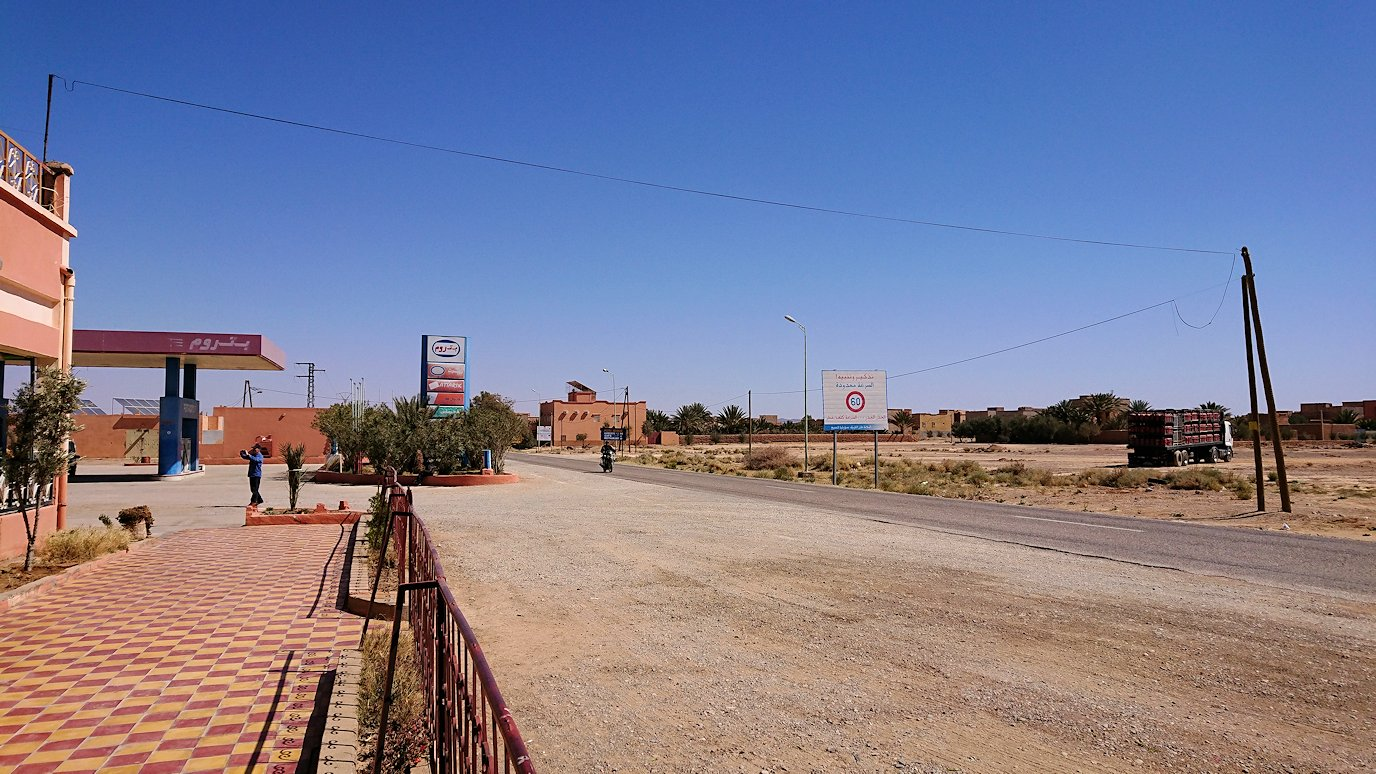 モロッコでカッターラからトドラ渓谷へ向かう途中のサービスエリアの売店にて6